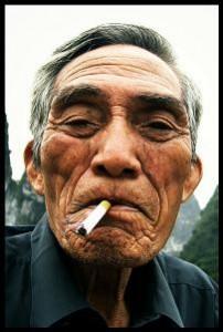 bloghomme vieilhommecigarette 202x300 Le charisme : Les 6 clés pour être plus charismatique