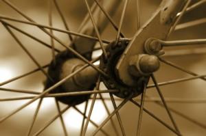 bike wheel 300x199 L'excuse des hommes aux femmes